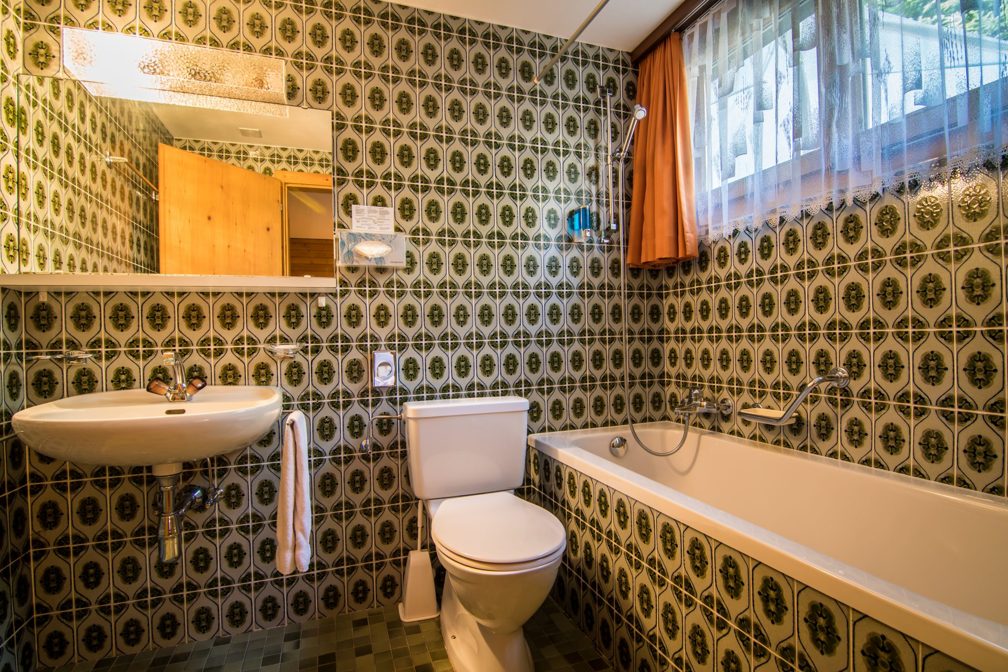 Budget single room bathroom